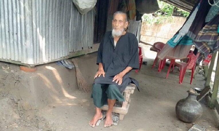বঙ্গবন্ধুর প্রতি অকৃত্রিম ভালোবাসা, খালি পায়ে ৪৬ বছর